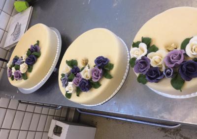 Tredelt kage, der skal stables