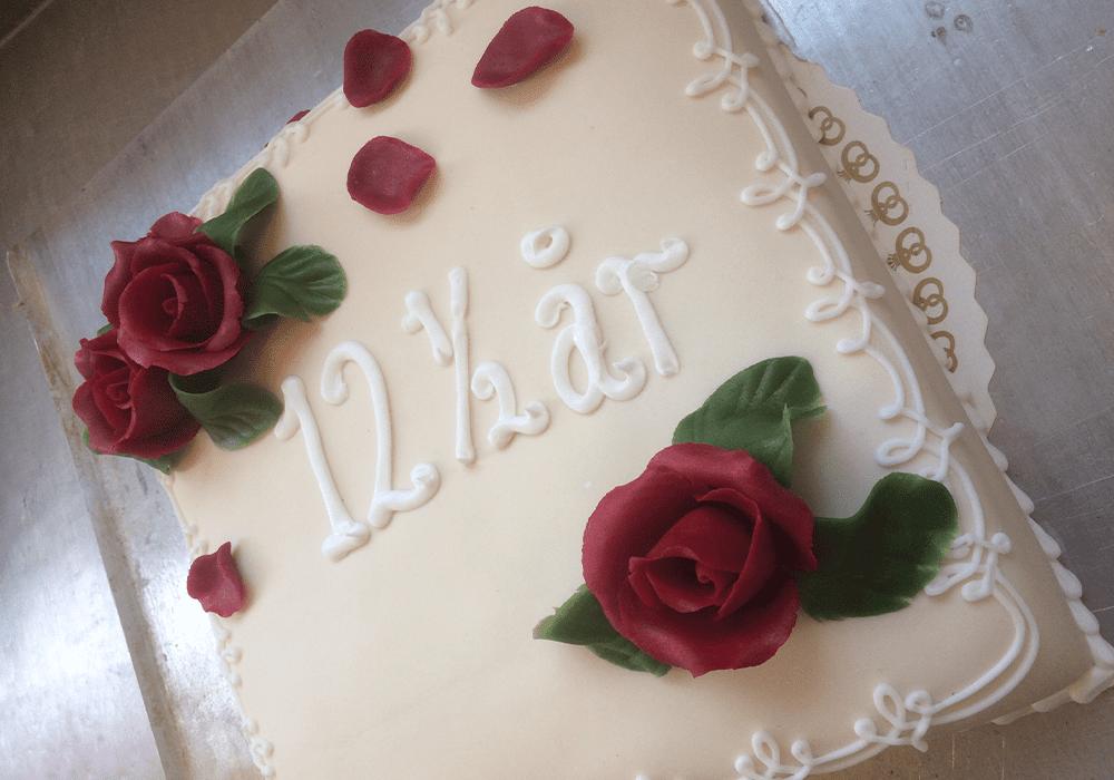 Flot hvid kage med røde roser